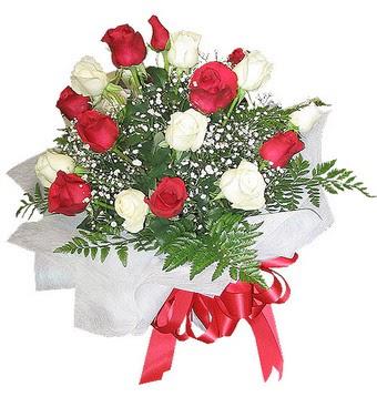 Kars çiçek online çiçek siparişi  12 adet kirmizi ve beyaz güller buket