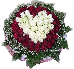 Kars çiçek siparişi sitesi  27 adet kirmizi ve beyaz gül sepet içinde