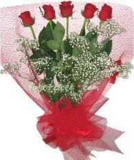 5 adet kirmizi gülden buket tanzimi  Kars uluslararası çiçek gönderme