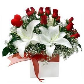 Kars kaliteli taze ve ucuz çiçekler  1 dal kazablanka 11 adet kırmızı gül vazosu