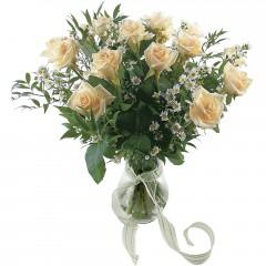 Vazoda 8 adet beyaz gül  Kars çiçek satışı