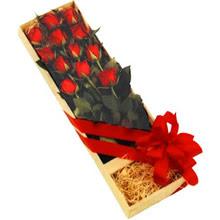 kutuda 12 adet kirmizi gül   Kars uluslararası çiçek gönderme