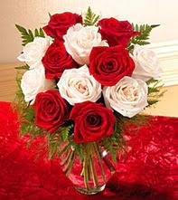 Kars çiçekçi telefonları  5 adet kirmizi 5 adet beyaz gül cam vazoda