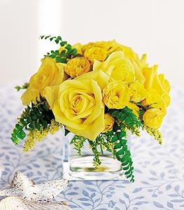 Kars çiçek gönderme  cam içerisinde 12 adet sari gül