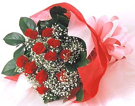 12 adet kirmizi gül buketi  Kars çiçek yolla
