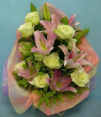 11 adet gül ve 2 adet kazablanka buketi  Kars yurtiçi ve yurtdışı çiçek siparişi