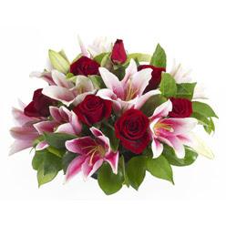 güller ve kazablnaklardan aranjman  Kars çiçek , çiçekçi , çiçekçilik
