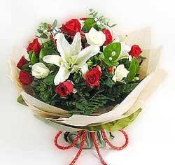 güller ve kazablanklardan görsel bir buket  Kars yurtiçi ve yurtdışı çiçek siparişi