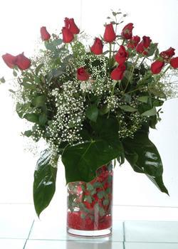 Kars çiçekçiler  11 adet kirmizi gül ve cam yada mika vazo tanzim
