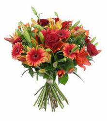 Kars 14 şubat sevgililer günü çiçek  3 adet kirmizi gül ve karisik kir çiçekleri demeti