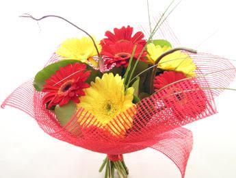 9 adet gerbera çiçeklerinden buket  Kars hediye sevgilime hediye çiçek