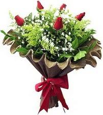 Kars çiçek gönderme sitemiz güvenlidir  5 adet kirmizi gül buketi demeti