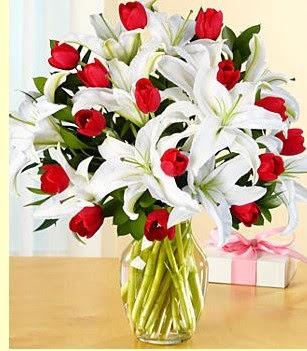 Kars güvenli kaliteli hızlı çiçek  3 kazablanka 10 kırmızı gül vazosu