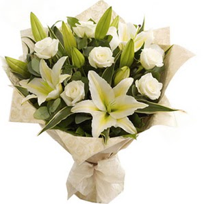Kars çiçek , çiçekçi , çiçekçilik  3 dal kazablanka ve 7 adet beyaz gül buketi