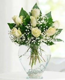 Cam içerisinde 7 adet beyaz gül  Kars çiçek gönderme