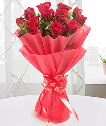 12 adet kırmızı gülden modern buket  Kars uluslararası çiçek gönderme