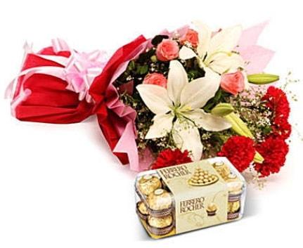 Karışık buket ve kutu çikolata  Kars çiçek online çiçek siparişi