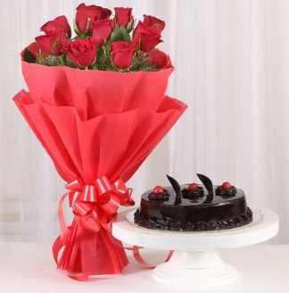 10 Adet kırmızı gül ve 4 kişilik yaş pasta  Kars yurtiçi ve yurtdışı çiçek siparişi
