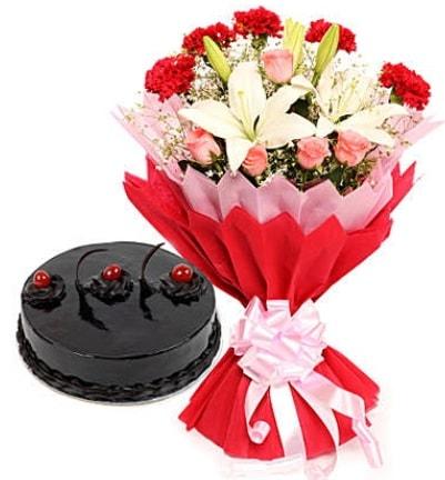 Karışık mevsim buketi ve 4 kişilik yaş pasta  Kars kaliteli taze ve ucuz çiçekler